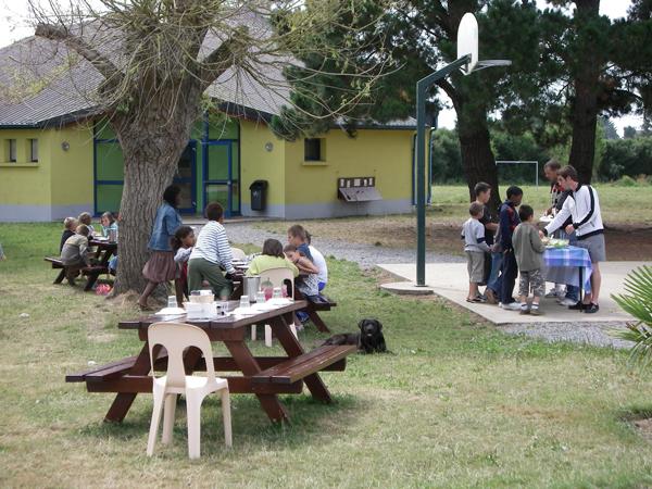 Centre de Damgan Kermor, vacances, classes, colonie : repas extérieur