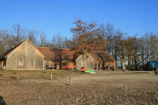 Colonie de vacances, séjours, classes de découvertes, Étang du Puits : bâtiments, extérieur à l'automne