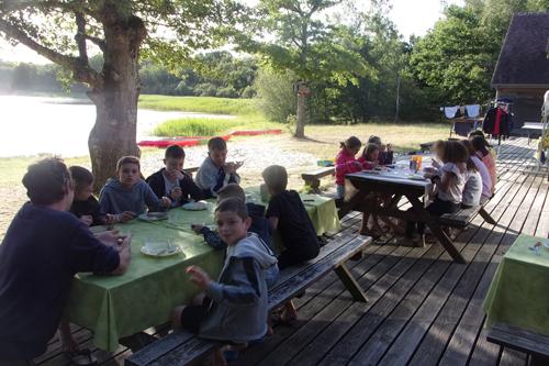 Colonie de vacances, séjours, classes de découvertes, Étang du Puits, bâtiments : repas à l'extérieur