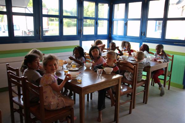 Colonie de vacances, séjours, classes de découvertes, famille, Ingrannes : bâtiments, la salle à manger