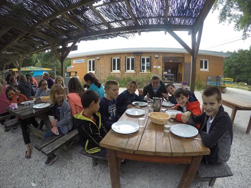 Colonie de vacances, séjours classes de découvertes, Les Caillettes, bâtiment repas extérieur