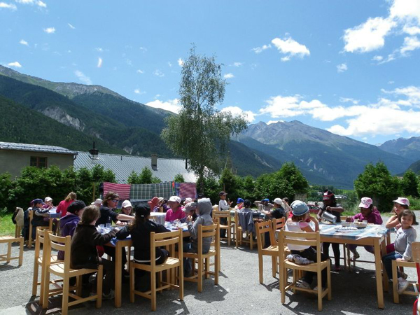 Colonie de vacances, séjours, classes de découvertes, vacances en famille, Sollières : le repas à l'extérieur
