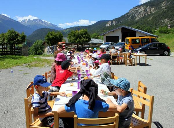 Colonie de vacances, séjours, classes de découvertes, vacances en famille, Sollières : le repas à l'extérieur 2