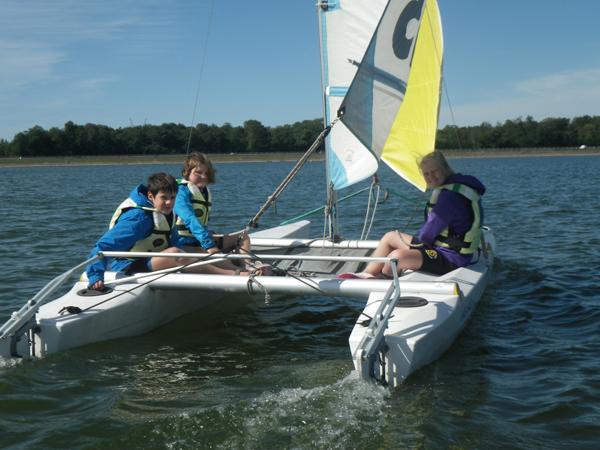 Colonie de vacances, séjour printemps : catamaran, enfants, Oeuvre Universitaire du Loiret