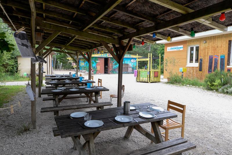 Colonie de vacances, séjours, classes de découvertes, Les Caillettes le centre, repas extérieur 2
