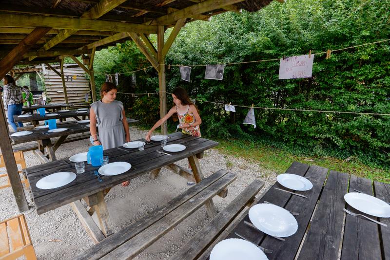 Colonie de vacances, séjours, classes de découvertes, Les Caillettes le centre, repas extérieur